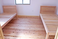杉のパネルボードシングルベッドお客様使用実例