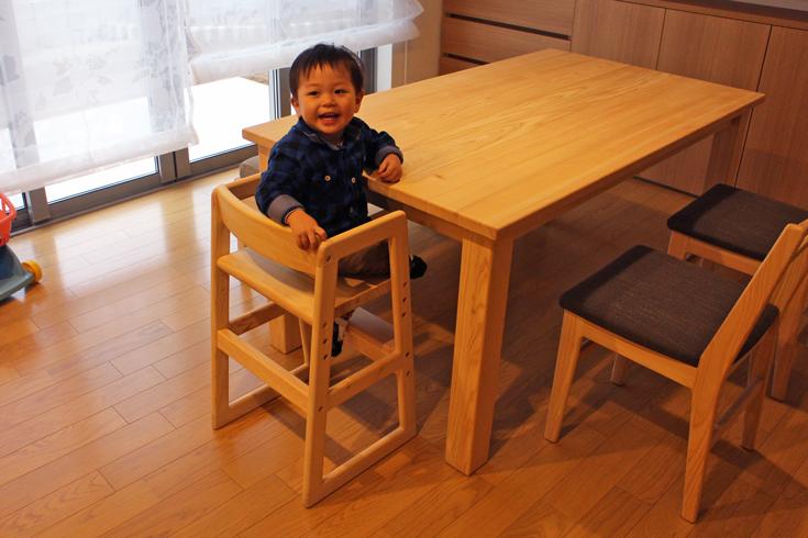 ベビーチェアとナチュラルダイニングテーブルセットお客様使用例