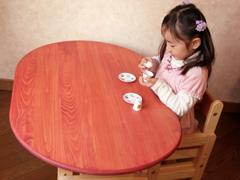 豆型の広々天板のテーブルと3歳児