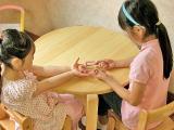 仲良く遊ぶ姉妹